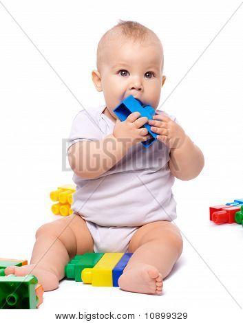 Niño con ladrillos de construcción