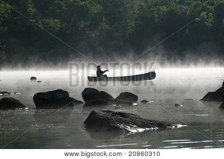 Pesca de canoa em uma manhã de Misty