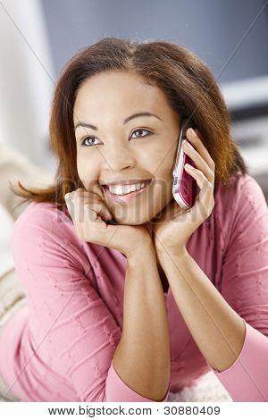 Porträt von fröhlichen Mädchen mit Handy, glücklich lächelnd.?