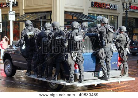 Oregon State Trooper con material antidisturbios