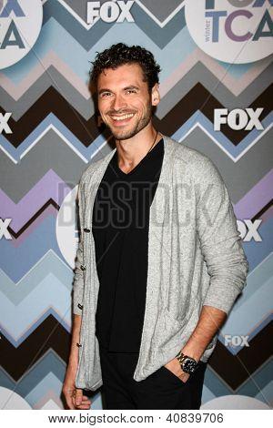 PASADENA, CA - 8 de JAN: Adan Canto asiste a la FOX TV 2013 TCA invierno gira de prensa en Langham Huntingto
