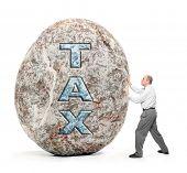 Постер, плакат: Экономика метафора Человек держащий гигантский валун символ высоких налогов