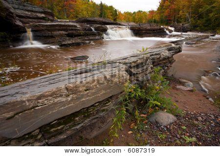 Michigan Upper Peninsula waterval In de herfst