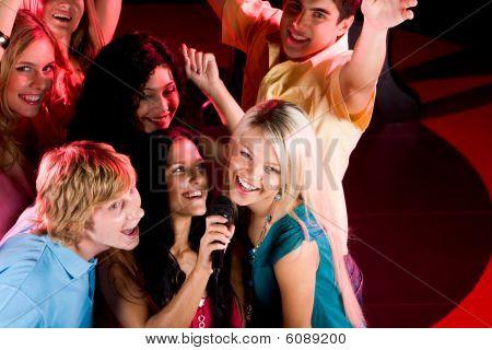 En el Bar de Karaoke