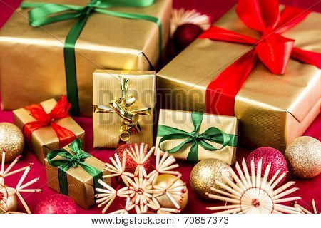 Six Golden Xmas Presents With Bows