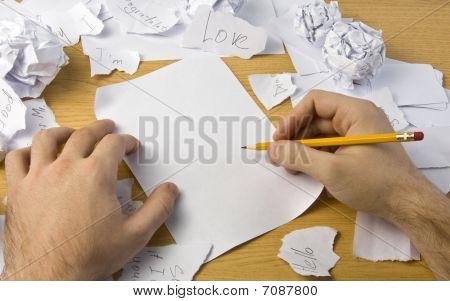 Arbeitsbereich mit crushed Papier und Hände