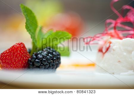 souffle from yogurt with strawberry and blackberry