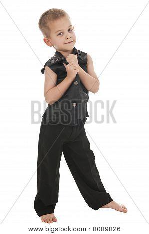 Adorable niño pretendiendo ser un Rockstar