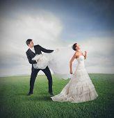 image of runaway  - Husband pulls the bride who runs away - JPG