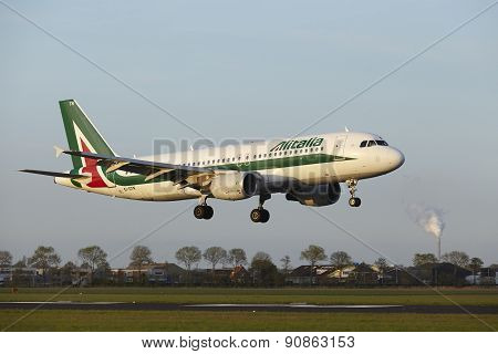 Amsterdam Airport Schiphol - Airbus A320 Of Alitalia Lands