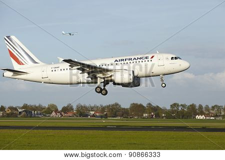 Amsterdam Airport Schiphol - Airbus A319 Of Air France Lands