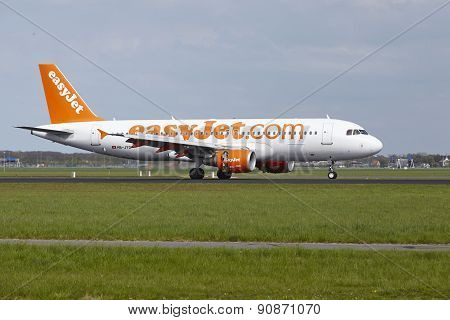 Amsterdam Airport Schiphol - Airbus A320 Of Easyjet Switzerland Lands
