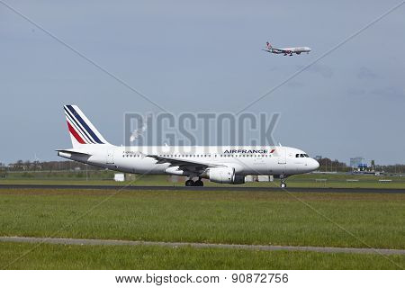 Amsterdam Airport Schiphol - Airbus A320 Of Air France Lands