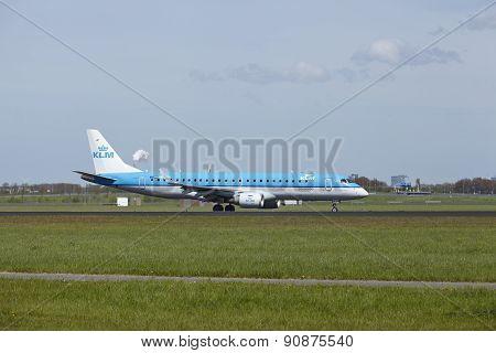 Amsterdam Airport Schiphol - Embraer Erj-190 Of Klm Lands