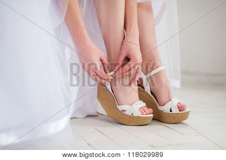 Bride puts White shoes for wedding