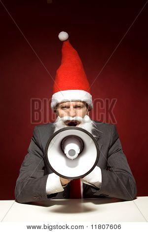 Santa gritando a través del megáfono
