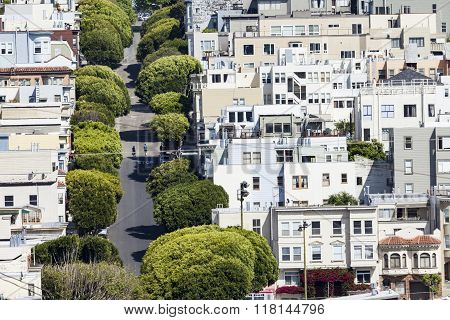 San Francisco, Usa - April 07: Lombard Street On Russian Hill On April 07, 2014 In San Francisco (us