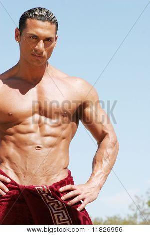 Hombre musculoso con toalla roja