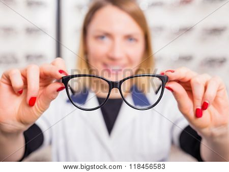 Optometrist suggesting glasses