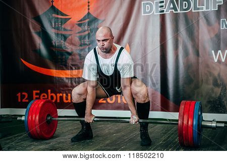 man of powerlifter attempt deadlift barbell