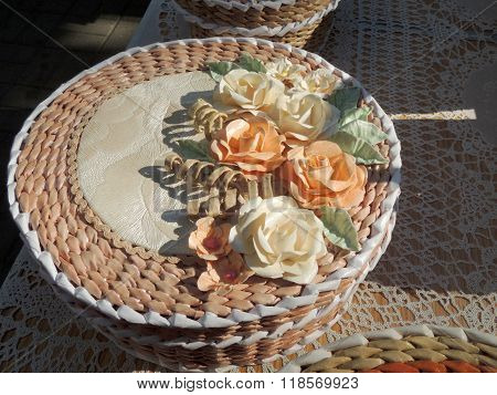 Round Cream-coloured Handicraft Paper Box Decorated With Roses