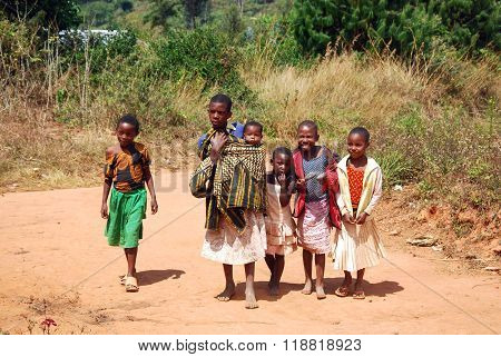August 8, 2014 - The children of Kilolo mountain in Tanzania - Kilolo - Africa - A group of unidentified children run at the arrival of the volunteers at the dispensary of Kilolo run by NGOs Mawaki where they will find food and medical care