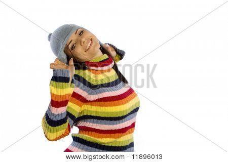 Hübsche Frau im Winter-Pullover und Mütze