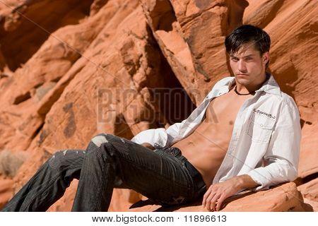 Sexy joven en rocas rojas