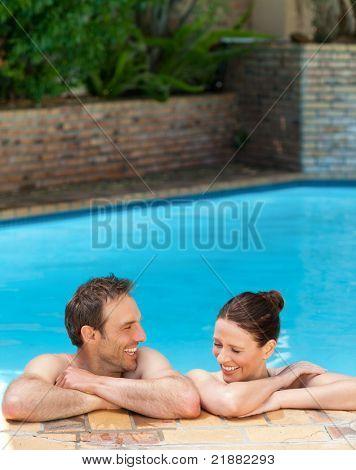 Encantadora pareja en la piscina