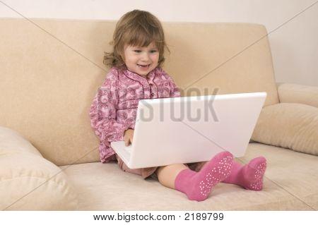 junges Mädchen mit einem laptop