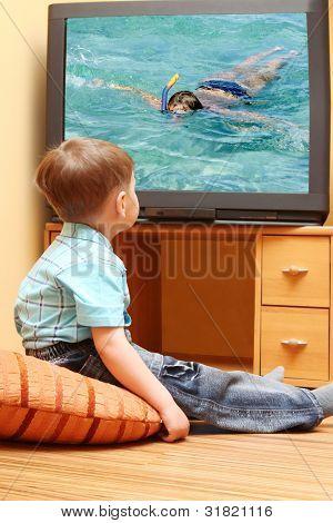 """Niño viendo cine en la televisión. Pantalla de la TV - foto del autor """"Buceo"""""""