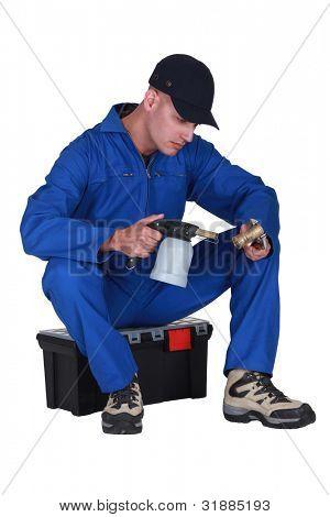 Klempner Heizung Rohr mit Lötlampe