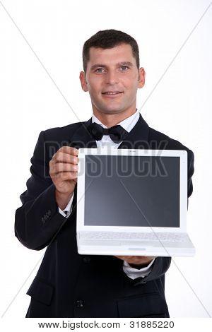 Hombre que presenta portátil