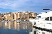 Постер, плакат: Роскошные парусник пришвартованных в Сенглеа Марина на фоне Валлетта Мальта