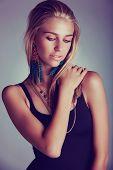 Постер, плакат: красивая молодая блондинка женщина с длинными волосами носить длинные перья коралловые серьги расстрелян как низкая ключевых por