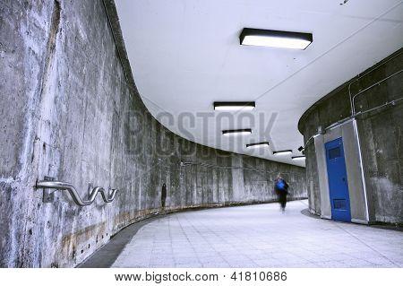 unterirdische Grunge Metro Korridor eine person