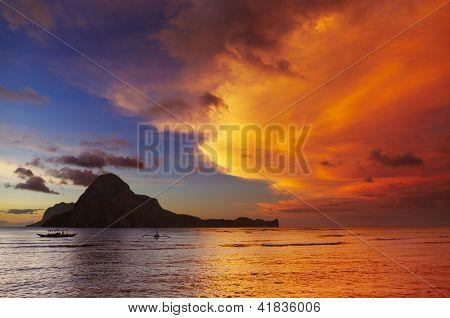 Baía de El Nido e Cadlao ilha ao pôr do sol, Palawan, Filipinas