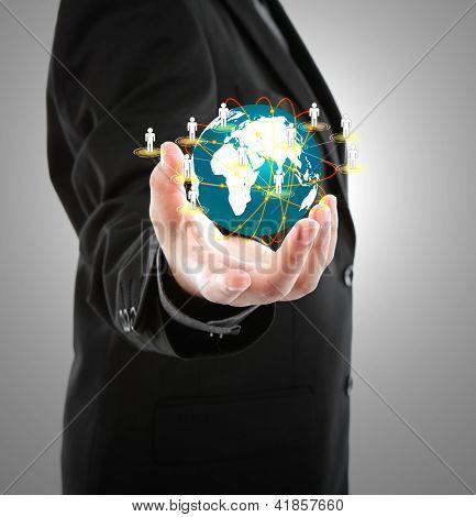 Homem negócios, segurando o pequeno mundo em suas mãos