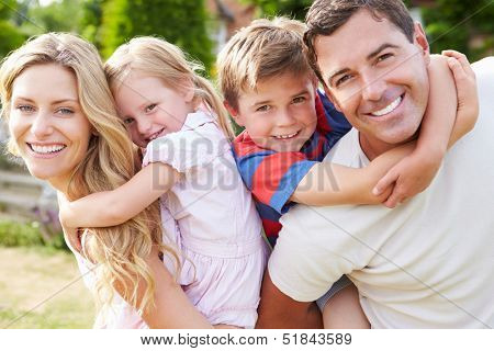 Portrait Of Happy Family im Garten