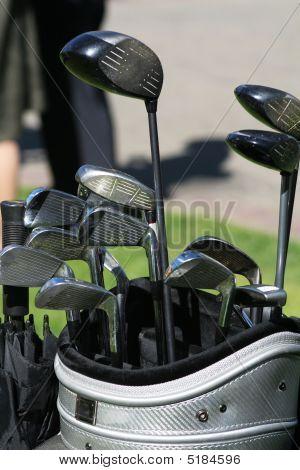 高尔夫俱乐部和袋子里的伞