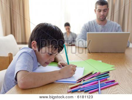 junge Malerei und Eltern zu Hause arbeiten