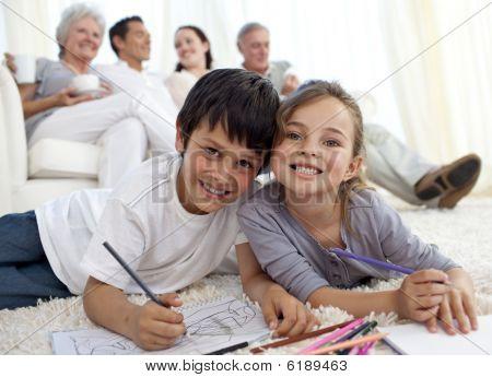 Kinder malen Stock mit ihrer Familie in sofa