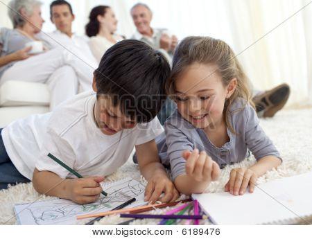 Kinder mit ihren Eltern und Großeltern in Sofa Malerei