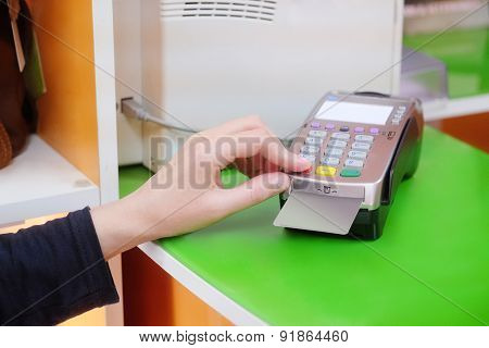 the hand inserts a credit card into the device for calculation by means of credit cards