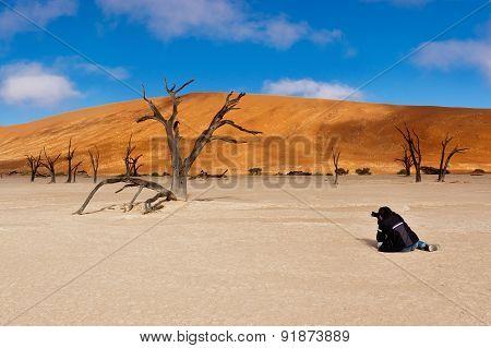 Photographer making picture of landscape of Dead Vlei, Sossusvlei, Namib desert. Namibia, Africa