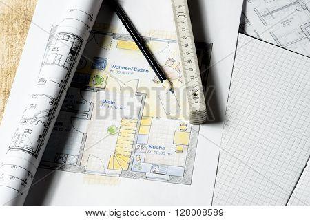 Arbeitsplatz eines Architekten mit Grundrissen und Zollstock