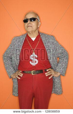 Ältere Erwachsene kaukasischen Männer tragen Geld Zeichen Halskette.