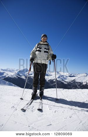 Caucasian senior Man Skifahrer auf den Pisten in Whistler, British Columbia, Kanada.