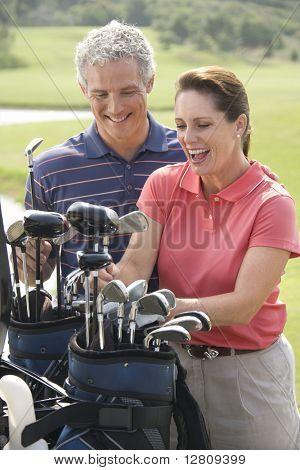 Lüneburg Mid Mann und Frau Lächeln und Kommissionierung Golf Club.