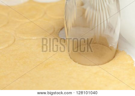 Cookies preparation : Using a glass to cut rounded cookies